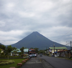 The active volcán Arenal is close to La Fortuna and too dangerous to climb